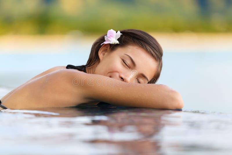 Ontspannende poolvrouw op vakantie - vakantiereis royalty-vrije stock foto
