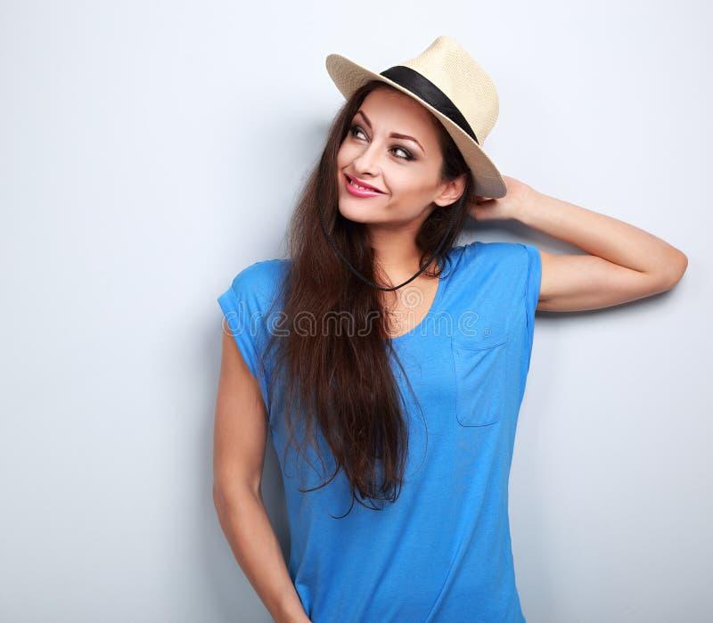 Ontspannende pret glimlachende vrouw die in hoed over de zomervakantie denken royalty-vrije stock afbeelding