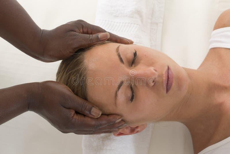 Ontspannende therapie: Mooie Vrouw die Hoofdmassage ontvangen stock afbeeldingen