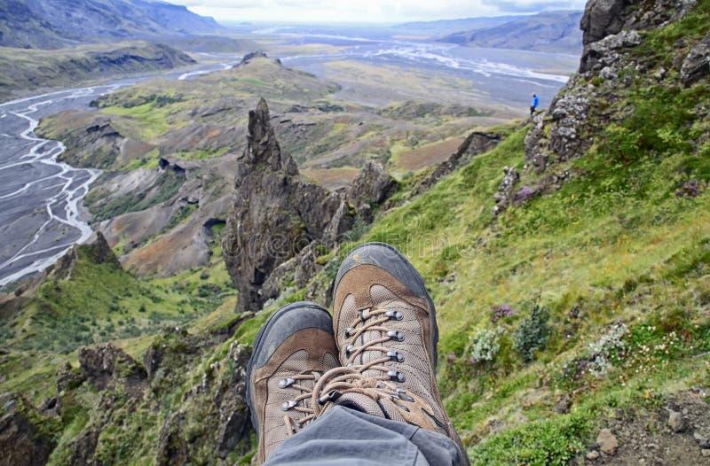 Ontspannende tijd op een richel die van een berg, van de mooie meningsvallei genieten stock afbeeldingen