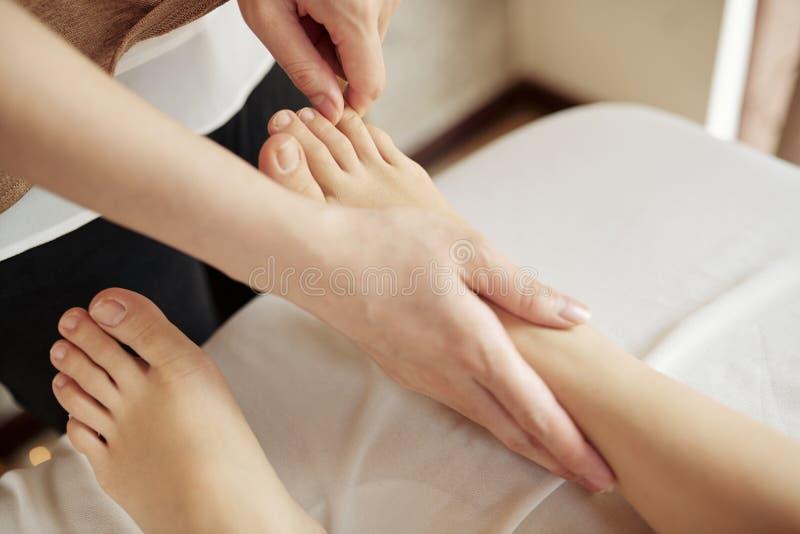 Ontspannende voetenmassage stock afbeelding