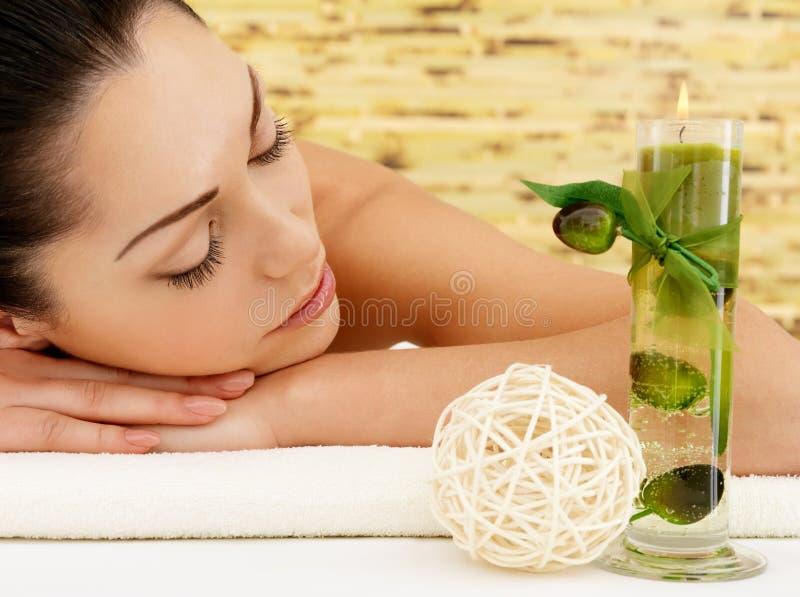 Ontspannende vrouw bij beauty spa salon stock afbeeldingen