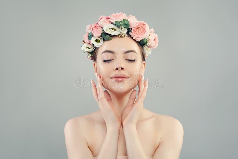 Ontspannende vrouw met duidelijk gezond huid en van de bloemenkroon portret Natuurlijke Schoonheid royalty-vrije stock fotografie