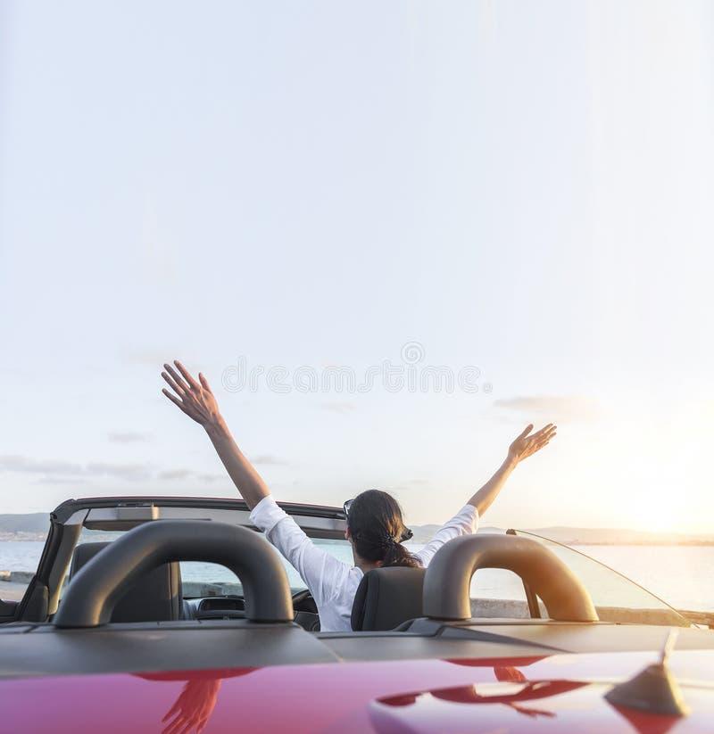 Ontspannende vrouw op het strand in de auto royalty-vrije stock afbeeldingen