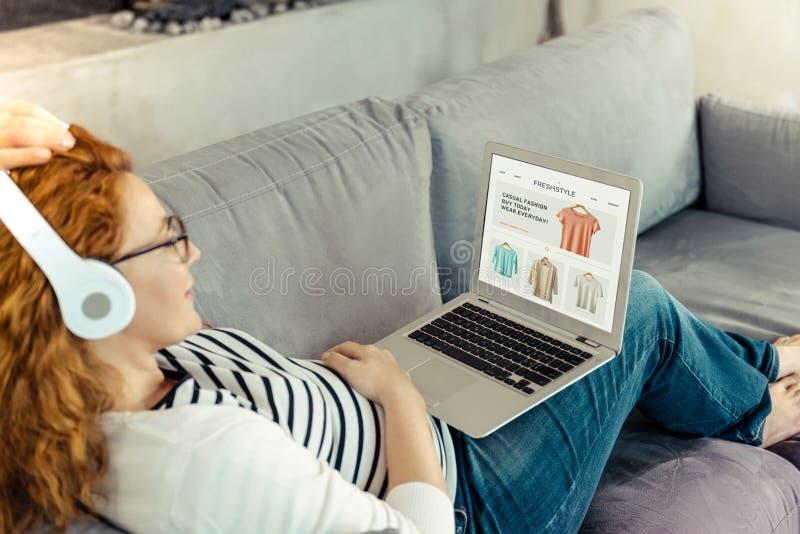 Ontspannende zwangere vrouw die laptop met behulp van royalty-vrije stock foto's