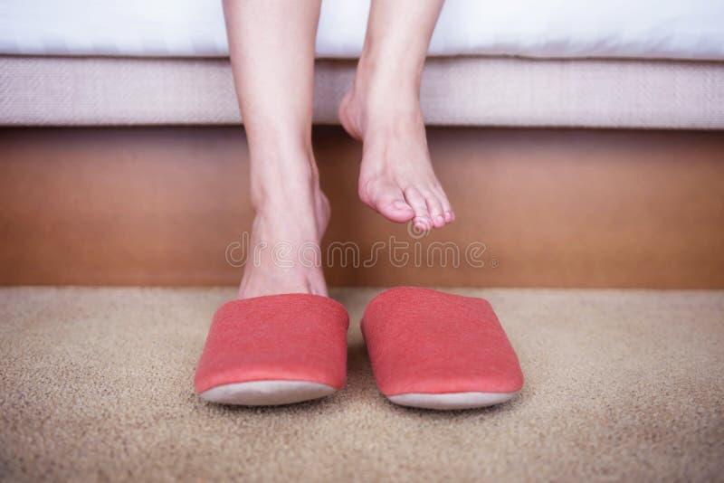 Ontspanning en Comfortabel Concept persoonsontwaken in de Ochtend stock fotografie