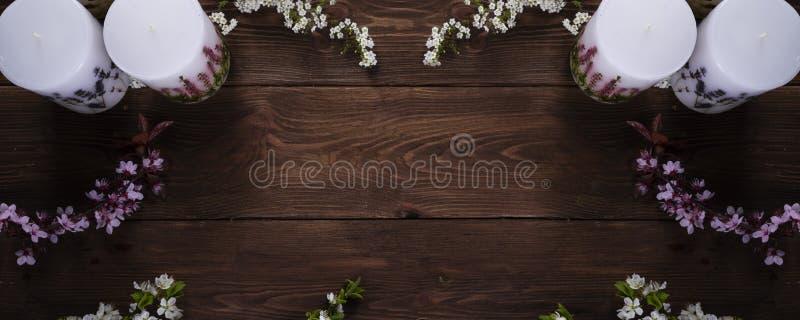 Ontspanning en kuuroord bloemenconcept met kaarsen op houten achtergrond stock fotografie