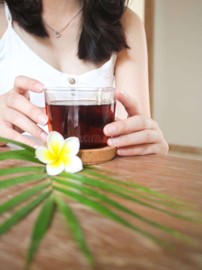 Ontspanning na schoonheidsbehandeling in wellness spa stock afbeeldingen