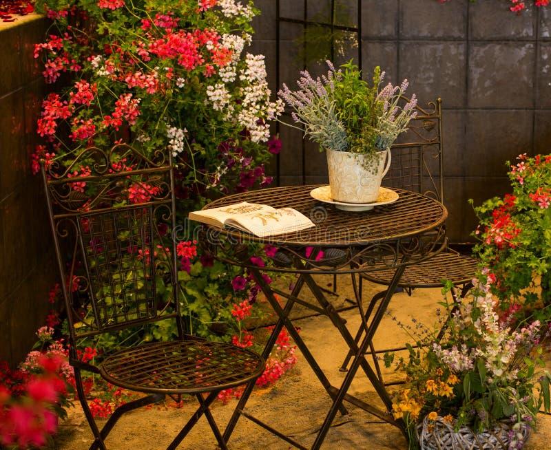 Ontspanningsgebied door mooie bloemen wordt omringd die royalty-vrije stock foto