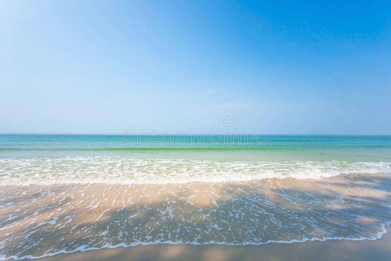 Ontspanningszeegezicht Toneel tropisch strand in zomer Mooie golven, schaduw en lichtblauwe hemel Zonneschijndag Trat, royalty-vrije stock foto
