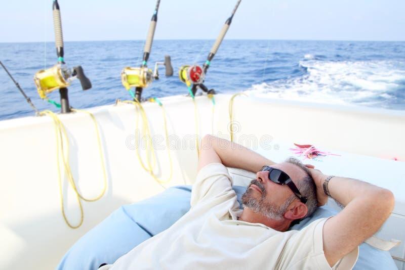 Ontspant de hogere visser van de zeeman op boot visserijoverzees royalty-vrije stock fotografie