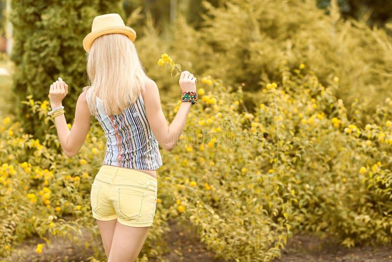Ontspant de schoonheids speelse vrouw, tuin, mensen openlucht stock fotografie