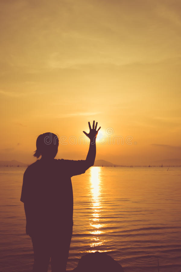 Ontspant de silhouet achtermening van vrouw bij kust en het tonen van einde stock foto's