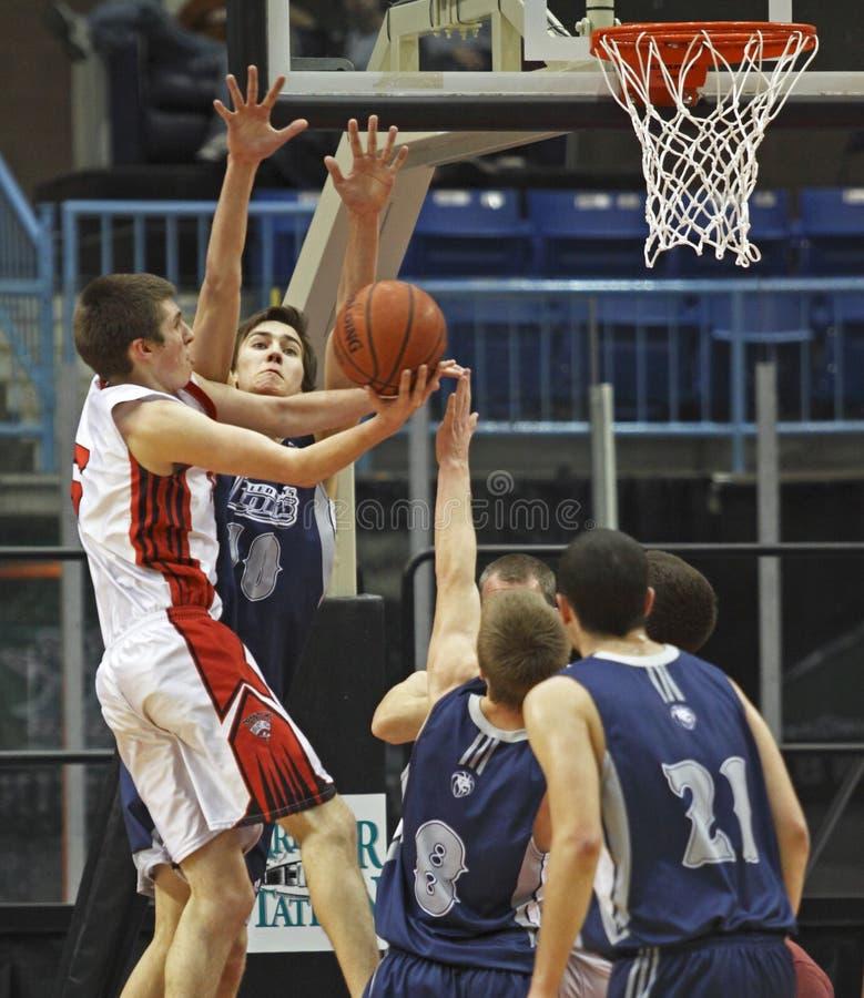 Ontsproten het blokpoging van het basketbal jongens stock foto's
