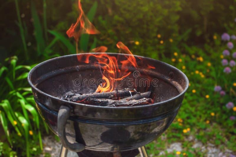 Ontstekend hout in de grill voor een barbecue in openlucht stock afbeeldingen