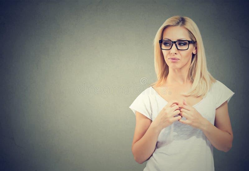 Ontstemde verdachte vrouw die zijdelings kijken Negatieve emotiewaarneming stock afbeelding