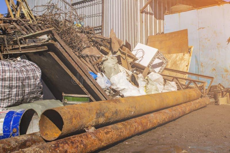 Ontvangst van ijzerhoudend metaalschroot op de schalen stock fotografie