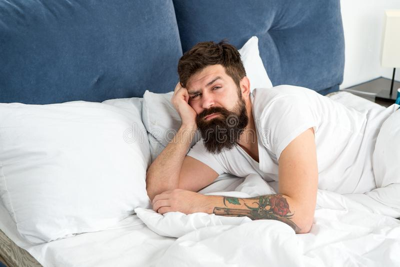 Ontwaakte mensen gebaarde hipster te vroeg en voelt slaperig en vermoeid Vroeg om op te staan Houd u wijd in vroeg wakker stock foto