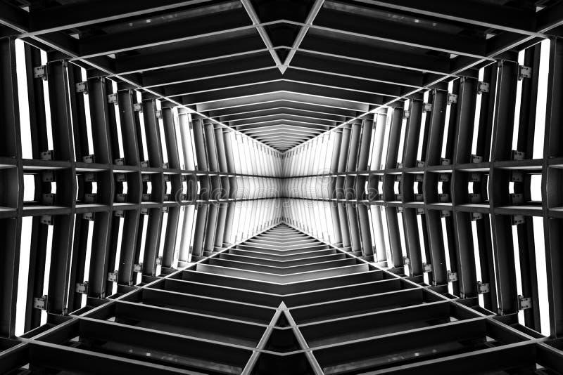 Ontwerp van metaalstructuur gelijkend op ruimteschipbinnenland, perspectiefmening De Zwart-witte foto van Peking, China stock afbeeldingen