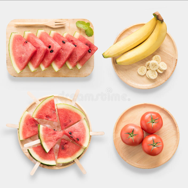 Ontwerp van model gezonde watermeloen, watermeloenroomijs, banaan en tomaat op houten geïsoleerde schotelreeks stock foto