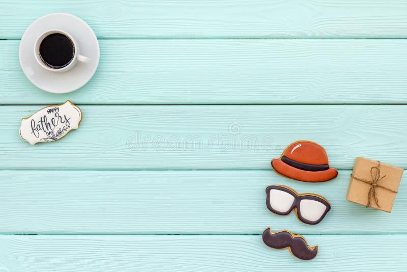 Ontwerp voor de vieringspartij van VaderDay met omhoog koekjes, giftdoos en koffie op munt groene achtergrond hoogste meningsspot stock afbeelding