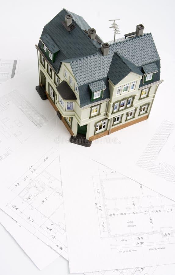 Ontwerp voor een gebouw en een model van toekomstig huis royalty-vrije stock foto's