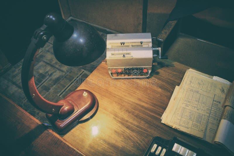 Ontwerp werkend bureau: antieke lijst en analoge telefoon, lamp op lijst stock foto