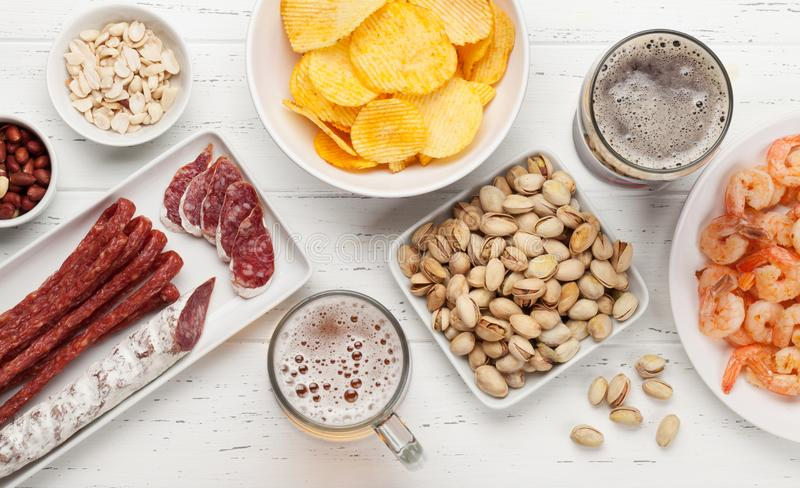 Ontwerpbier en snacks stock afbeeldingen