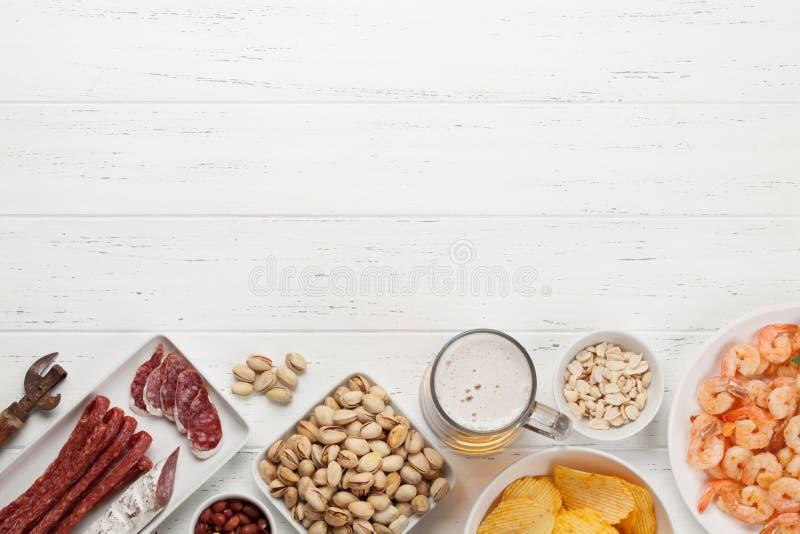 Ontwerpbier en snacks stock foto