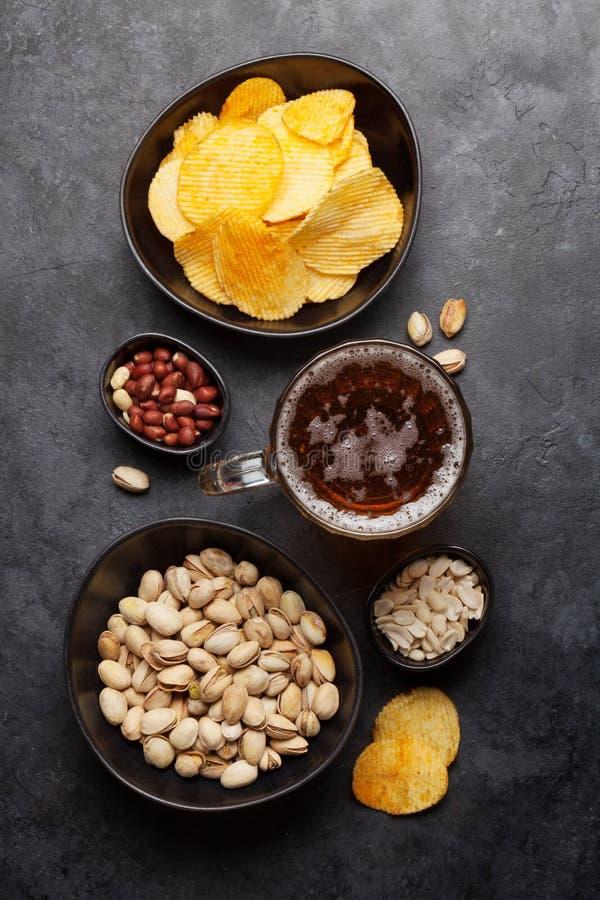 Ontwerpbier en snacks stock afbeelding