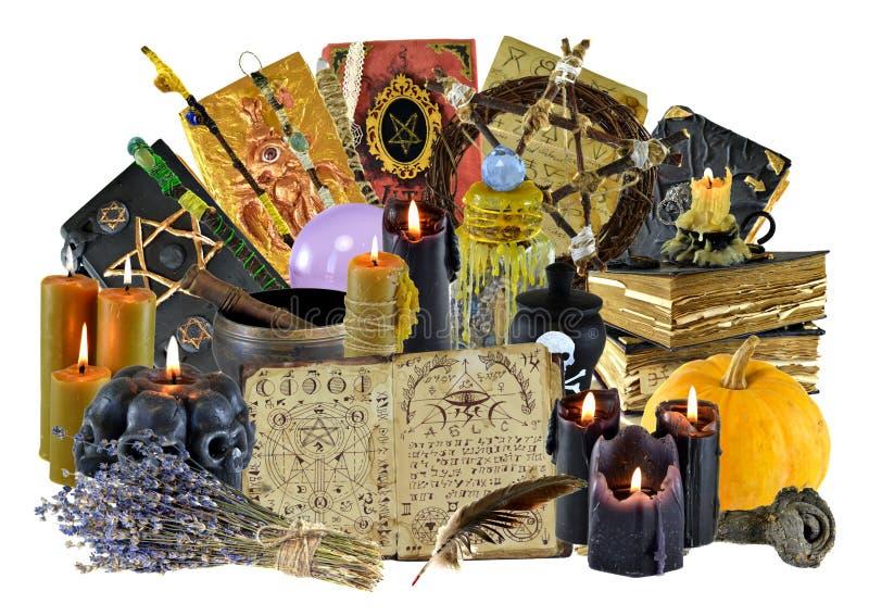 Ontwerpcollage met groep magische rituele die voorwerpen, heksenboek, kaarsen op wit worden geïsoleerd stock afbeeldingen