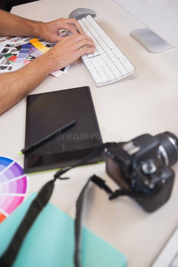 Ontwerper die aan zijn computer werken stock fotografie