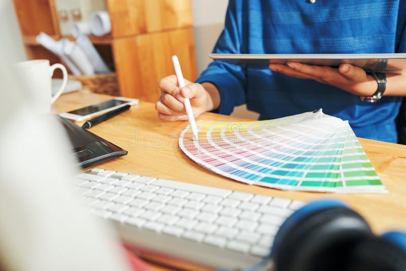Ontwerper die kleur kiezen royalty-vrije stock foto's