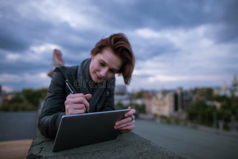 Ontwerper die met tablet op dak trekken royalty-vrije stock foto