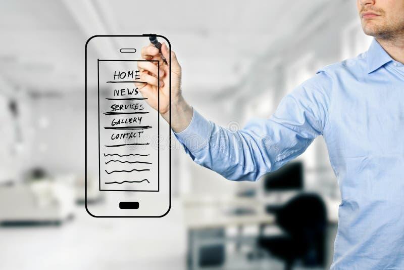 Ontwerper die mobiele websiteontwikkeling trekken wireframe stock fotografie