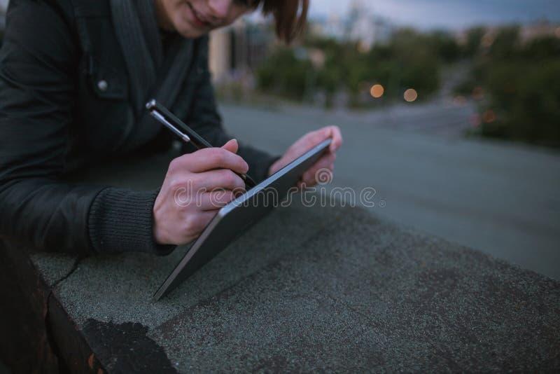 Ontwerper die op digitale tablet trekken stock foto's