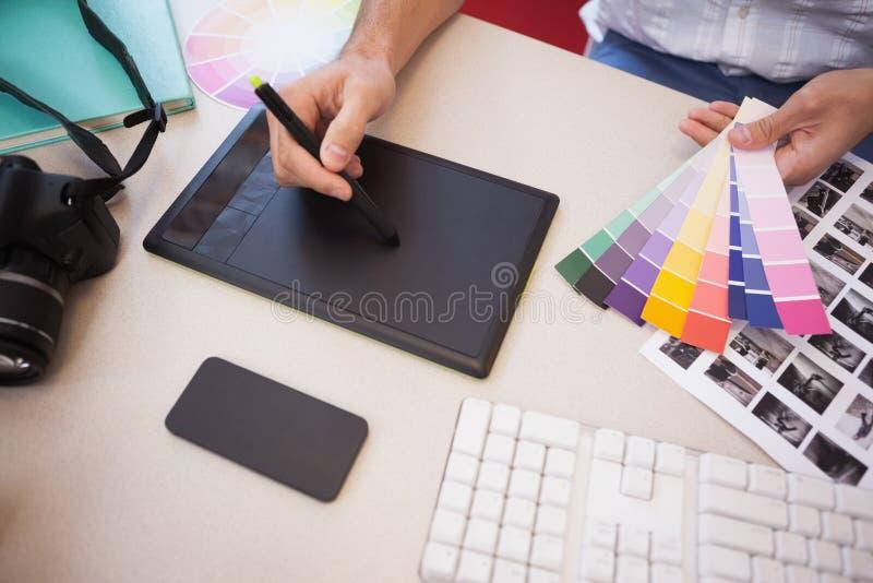 Ontwerper die van de grafiektablet en kleur grafieken gebruiken stock foto
