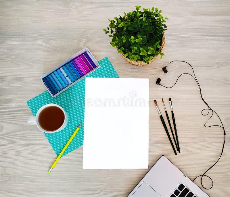 Ontwerper, kunstenaarswerkplaats Creatieve, in, artistieke spot omhoog met document, koffie, notitieboekje of toetsenbord, oortel royalty-vrije stock foto