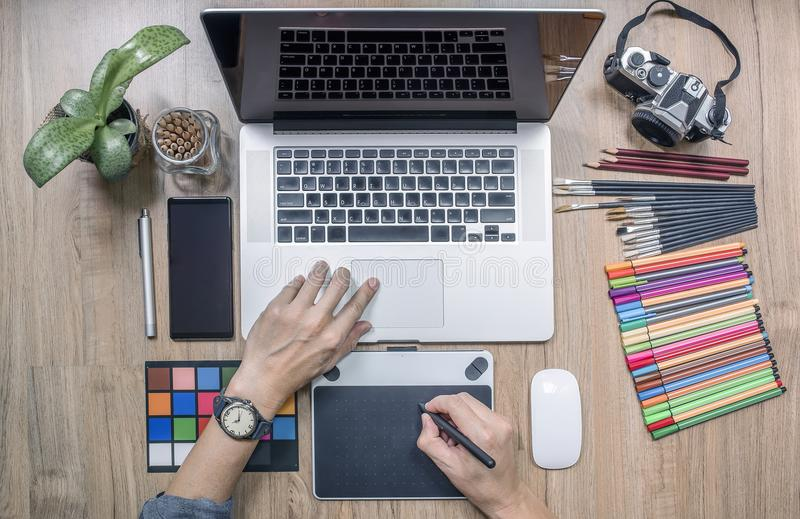Ontwerper laptop computer met behulp van en thuis offic grafiektablet die royalty-vrije stock foto's