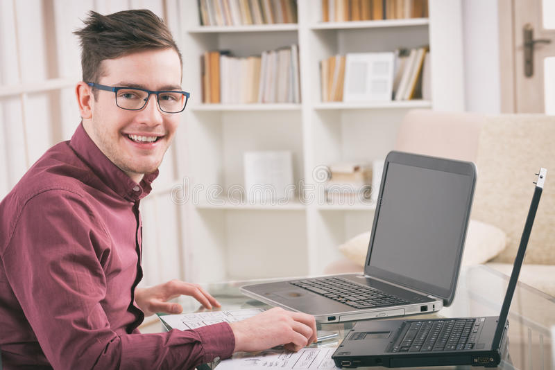 Ontwerper of programmeur op het werk stock afbeelding