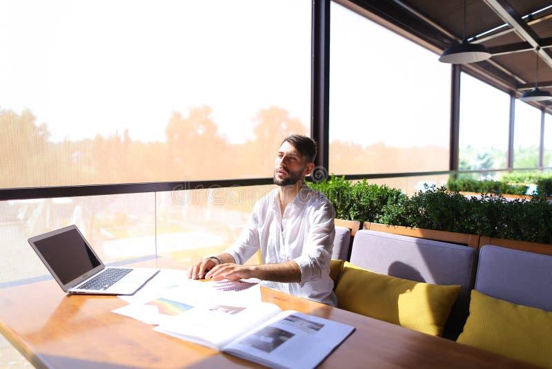 Ontwerper van technieksystemen die met laptop en document werken royalty-vrije stock afbeelding