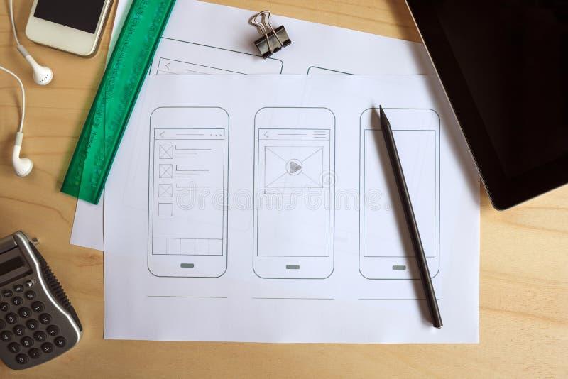 Ontwerperbureau met document prototype van een mobiele toepassing royalty-vrije stock fotografie