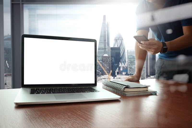 Ontwerperhand het werken en slimme telefoon en laptop royalty-vrije stock foto