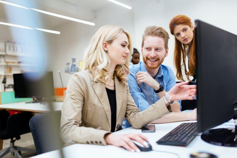 Ontwerpers die als groep in bureau werken royalty-vrije stock afbeelding