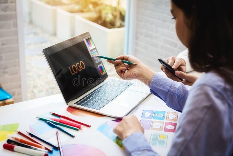 Ontwerpers die met de steekproeven van het kleurenmonster voor ontwerpweb in werkplaats op kantoor werken het voorzien van een ne stock foto