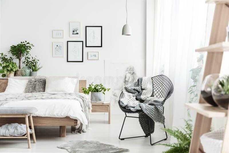 Ontwerperstoel in natuurlijke slaapkamer royalty-vrije stock foto