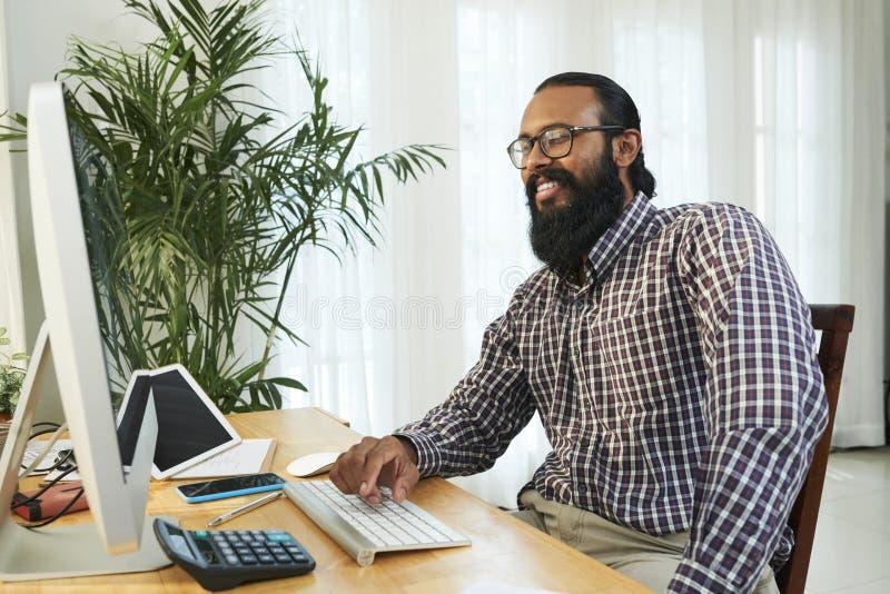 Ontwikkelaar die aan computer op kantoor werken royalty-vrije stock foto's