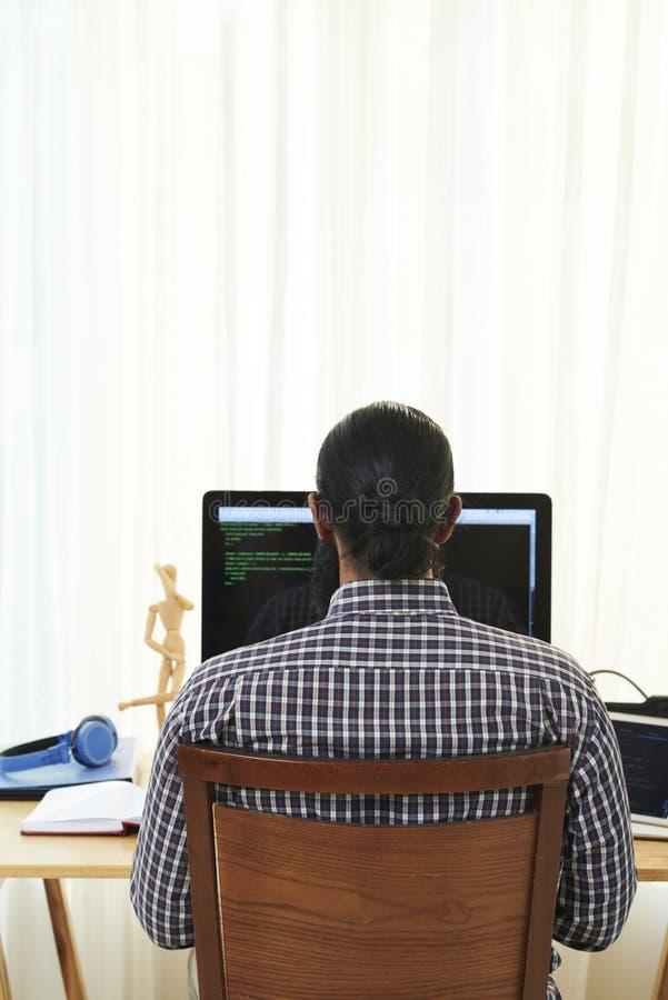 Ontwikkelaar die met software werken stock foto