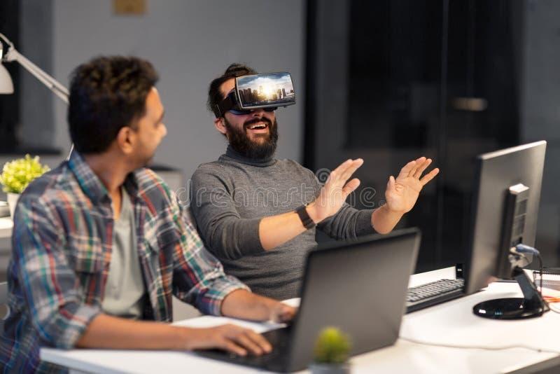 Ontwikkelaars met virtuele werkelijkheidshoofdtelefoon op kantoor royalty-vrije stock fotografie