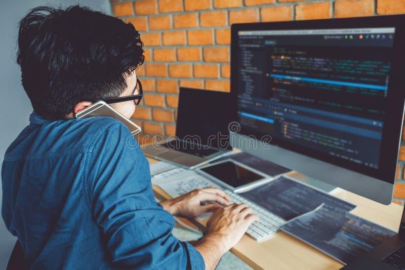 Ontwikkelt het ontwerp van programmeursdevelopment website en coderend technologieën die in het bureauvoorraad van het softwarebe royalty-vrije stock foto
